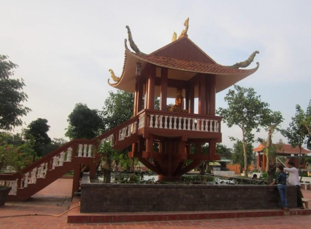 Chùa Một Cột rong khuôn viên Thiền Viện Trúc Lâm Phương Nam