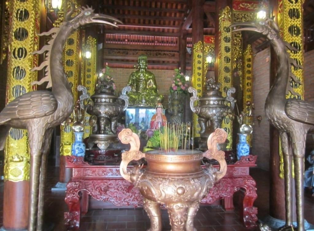 tượng phật chánh điện Thiền Viện Trúc Lâm Phương Nam được mạ vàng
