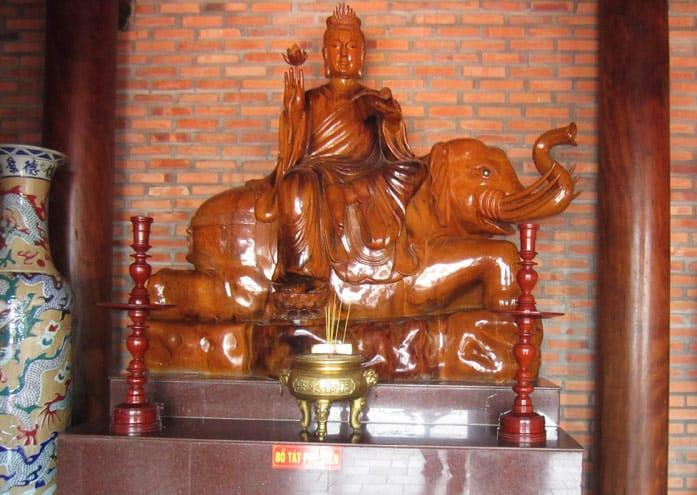 Hầu hết tượng phạt trong Thiền viện Trúc Lâm Cần Thơ được đúc bằng gỗ lim quý
